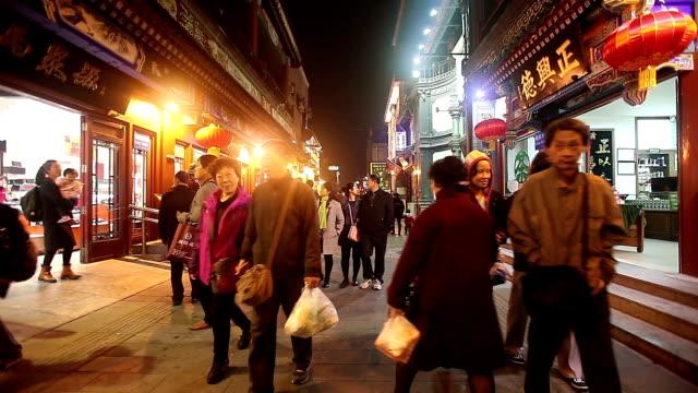 vidéos et rushes de beijing, china - october 24, 2016: tourist visit beijing qianmen market, a place selling traditional chinese folk merchandises. - pékin