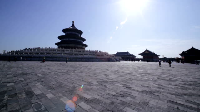 vidéos et rushes de beijing, china - october 23, 2016: tourist visit beijing tian tan temple of heaven in a sunny day. - temple du ciel