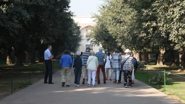 vídeos y material grabado en eventos de stock de tourist visit humayun's tomb, delhi, india. - cementerio