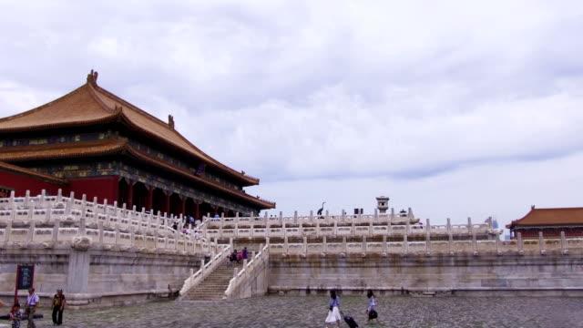 tourist visit the forbidden city - besichtigung stock-videos und b-roll-filmmaterial