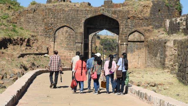 vidéos et rushes de tourist visit to gavilgad fort, maharashtra, india. - château