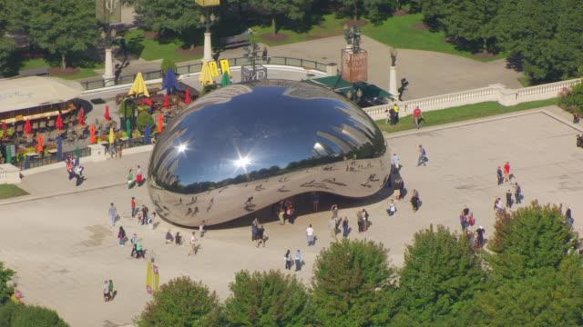 ws aerial pov tourist visiting cloud gate in millennium park / chicago, cook county, illinois, united states  - millennium park chicago bildbanksvideor och videomaterial från bakom kulisserna