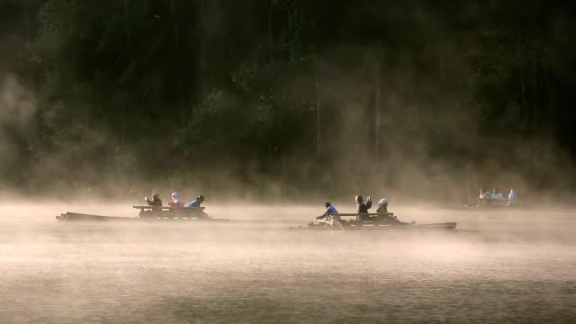 HD: tourist visita al lago y a las montañas Pang Ung Tailandia Sunrise