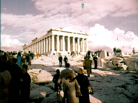 vídeos de stock, filmes e b-roll de 1960 ws tourist walking around the parthenon / athens, greece - partenão acrópole