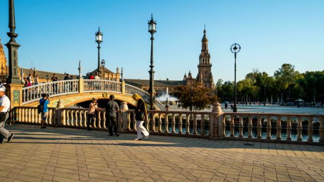 vídeos y material grabado en eventos de stock de t/l turista caminando en la plaza de españa, sevilla, españa - grupo grande de personas