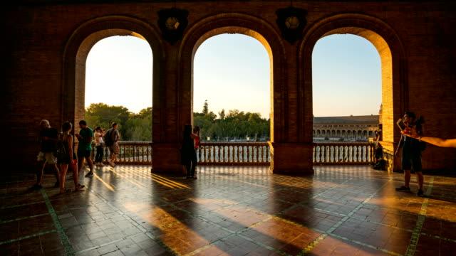 vídeos de stock e filmes b-roll de t/l tourist walking at plaza de espana, seville, spain - arco caraterística arquitetural