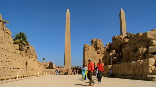 stockvideo's en b-roll-footage met ws pan tourist walking near hatshepsut's obelisk at karnak / luxor, egypt - obelisk