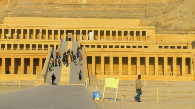 vídeos de stock, filmes e b-roll de ws pan tourist walking stairs of hatshepsut's temple, deir el-bahri / luxor, egypt - templo de hatshepsut