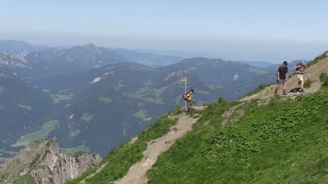 vídeos de stock, filmes e b-roll de ws tourist walking thorugh pathway of  nebelhorn to allgau alps  / oberstdorf, bavaria, germany - alpes bávaros