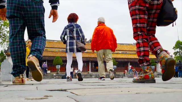 ベトナムの帝国要塞に歩く観光客 - 世界遺産点の映像素材/bロール