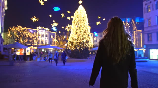 tourist walking towards christmas tree in town square - pedestrian zone stock videos & royalty-free footage