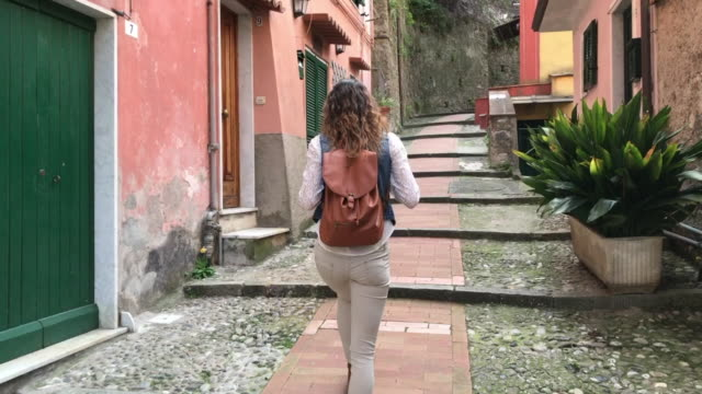stockvideo's en b-roll-footage met a tourist walks along the typical alleys of lerici - oude stad