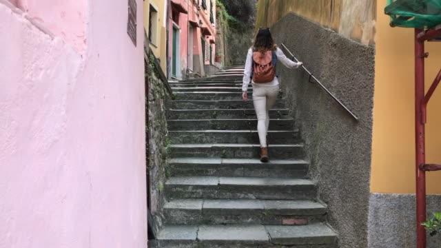 vídeos de stock e filmes b-roll de a tourist walks along the typical alleys of lerici - bairro antigo
