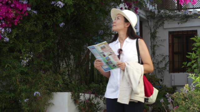 vídeos de stock, filmes e b-roll de tourist walks around in an old town in spain - bolsa tiracolo bolsa
