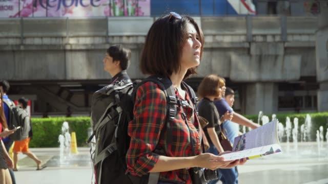 turista con mappa in città - searching video stock e b–roll
