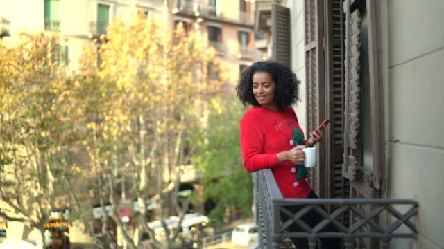 vidéos et rushes de femme de touriste à barcelone - balcon
