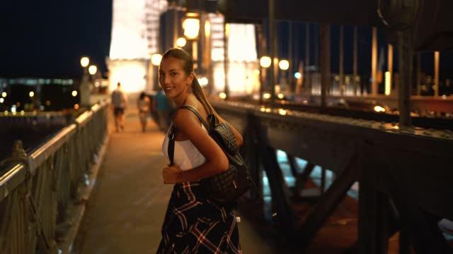 ブダペストの観光女性 - バックパック点の映像素材/bロール