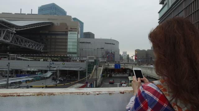 大阪の観光女性 - 大阪駅点の映像素材/bロール
