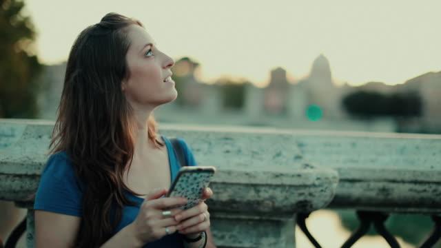 Tourist-Frau in Rom und St. Petri Dom: Zeitlupe