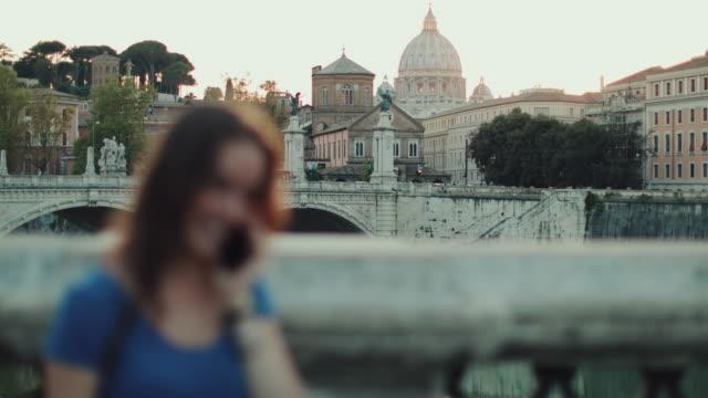 Turist kvinna i Rom och Saint Peters kupol