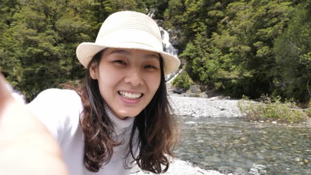 友人に観光女性ビデオ通話 - 夏休み点の映像素材/bロール