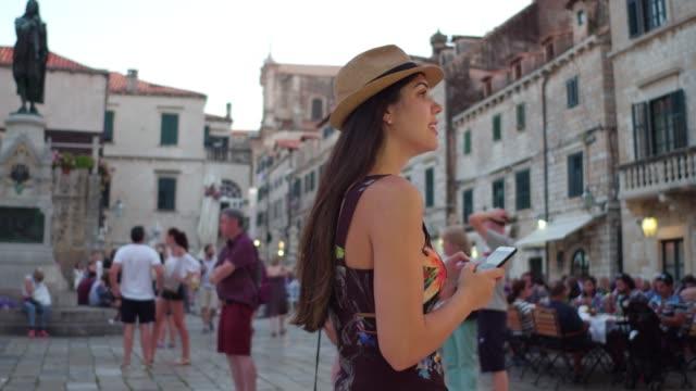 vídeos de stock e filmes b-roll de tourist woman walking and discovering the dubrovnik old town, croatia - bairro antigo