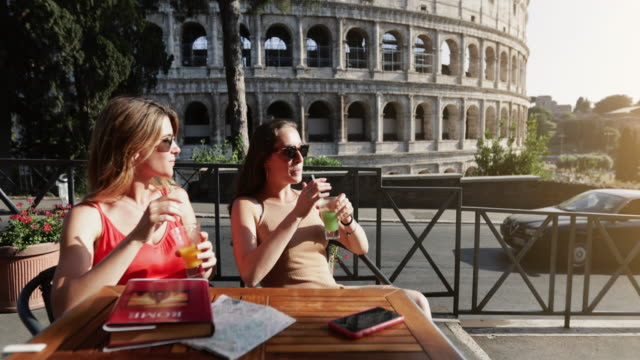 tourist women at bar under the coliseum of rome - cultura italiana video stock e b–roll