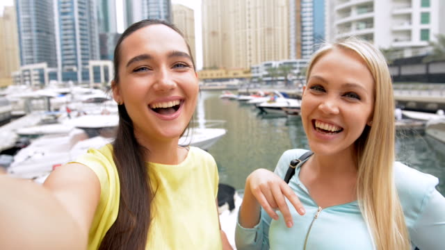 selfie : tourist frauen in dubai marina - vereinigte arabische emirate stock-videos und b-roll-filmmaterial