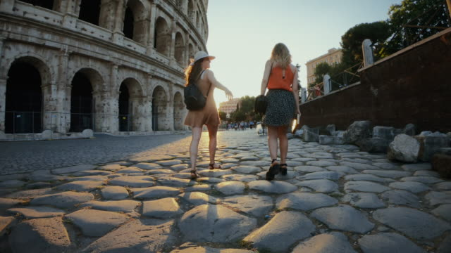 vídeos de stock e filmes b-roll de tourist women in rome: by the coliseum - itália