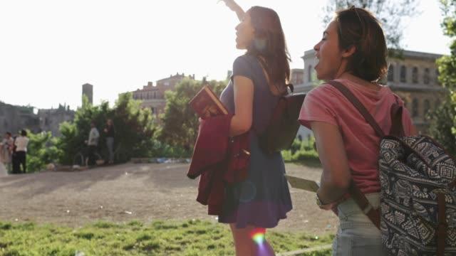 Touristischen Frauen in Rom: durch das Kolosseum
