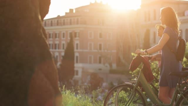 vidéos et rushes de femmes du tourisme à rome: par le colisée - tourisme