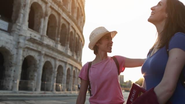 羅馬的旅遊婦女: 由體育館 - 25歲到29歲 個影片檔及 b 捲影像