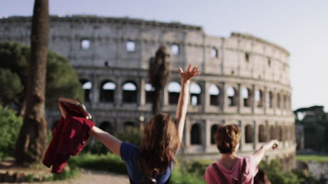 夏休み期間中のローマの観光客の女性:コロシアムによって - ラツィオ州点の映像素材/bロール