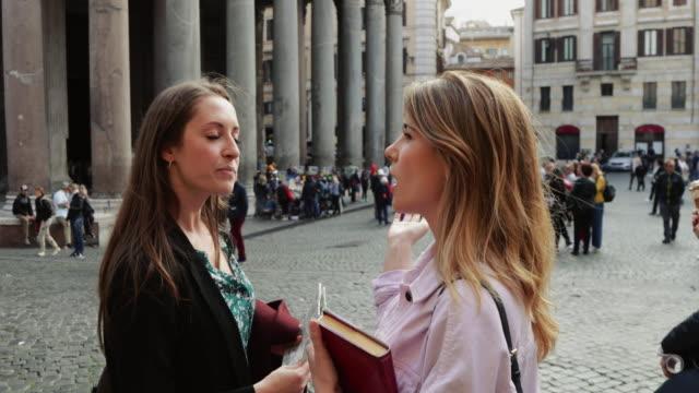 stockvideo's en b-roll-footage met tourist women in rome - gids