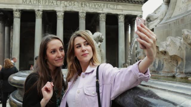 tourist women in rome - photographing点の映像素材/bロール