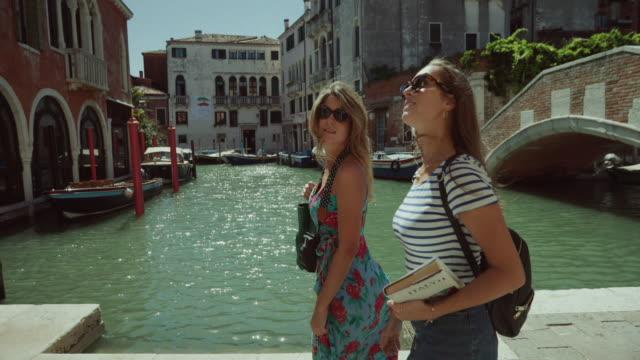 ヴェネツィア, イタリアの観光女性 - ヴェネツィア点の映像素材/bロール