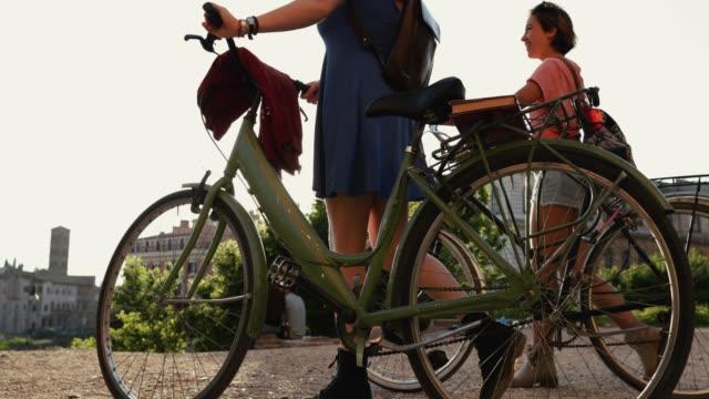 Touristischen Frauen mit Fahrrad in Rom: durch das Kolosseum
