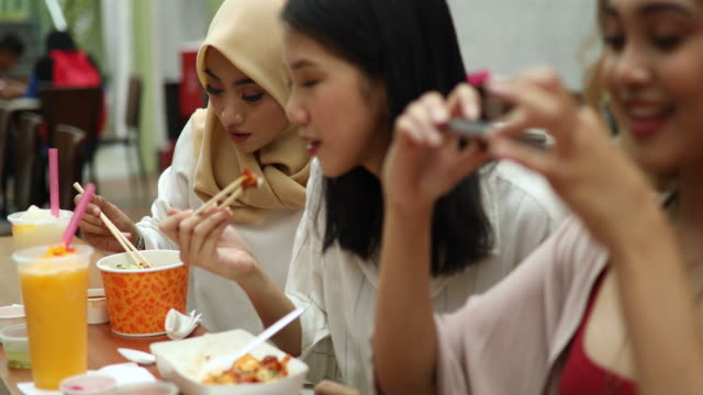 touristischen junge muslimische frauen fotografieren der traditionellen küche in kuala lumpur - exotik stock-videos und b-roll-filmmaterial