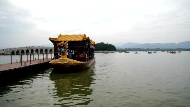 Turistiska båten anländer till piren vid sommarstaden i Peking