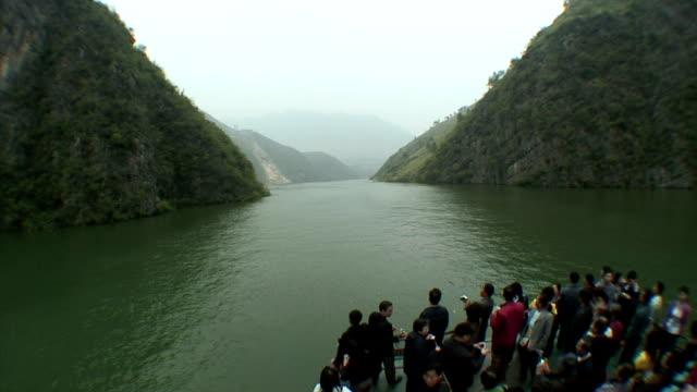 vídeos y material grabado en eventos de stock de ws ha boat pov tourists admiring view of river from deck, three gorges, china - three quarter length