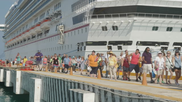 vídeos de stock, filmes e b-roll de tourists and cruise ship - píer