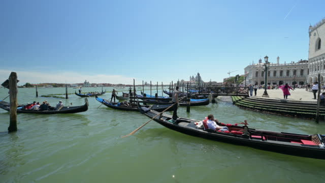tourists and gondolas in venice - ponte stock videos & royalty-free footage
