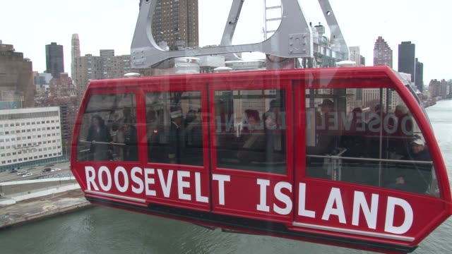 stockvideo's en b-roll-footage met tourists and locals can once again catch a sky ride across manhattan after the aerial tramway to roosevelt island reopened for business on tuesday... - trambaan