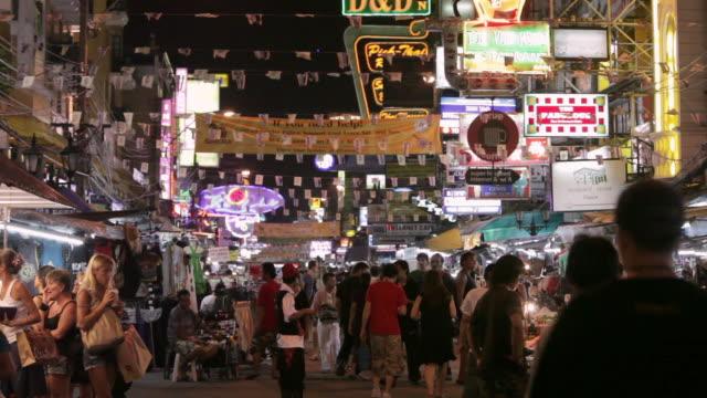 ms tourists and locals walk down koh san road / bangkok, thailand - バンコク点の映像素材/bロール