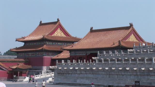 stockvideo's en b-roll-footage met ws tourists and locals walking around the forbidden city / beijing, china - breedbeeldformaat
