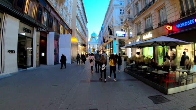 turister och invånare gå längs gatorna i wien på natten. österrike. - österrikisk kultur bildbanksvideor och videomaterial från bakom kulisserna