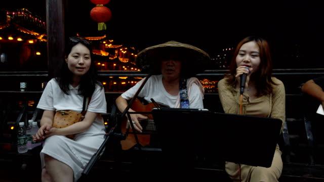 tourists and singers sing together,hunan,china. - 文化点の映像素材/bロール