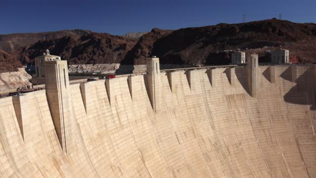 vídeos de stock, filmes e b-roll de tourists and traffic cross hoover dam on a clear day - represa hoover