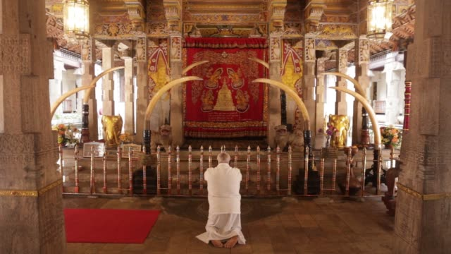 stockvideo's en b-roll-footage met tourists and visitors walk along a path at the temple of the sacred tooth relic also known as sri dalada maligawa in kandy sri lanka on monday april... - sri lankaanse cultuur