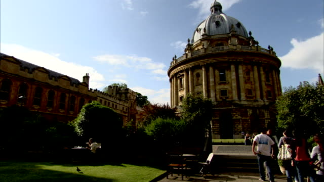 tourists approach oxford university's bodleian library. - oxfordshire stock videos & royalty-free footage
